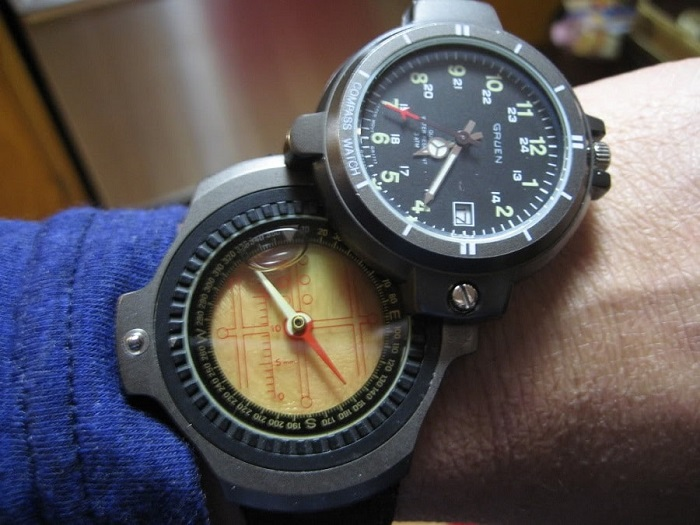 How to use a compass on a watch